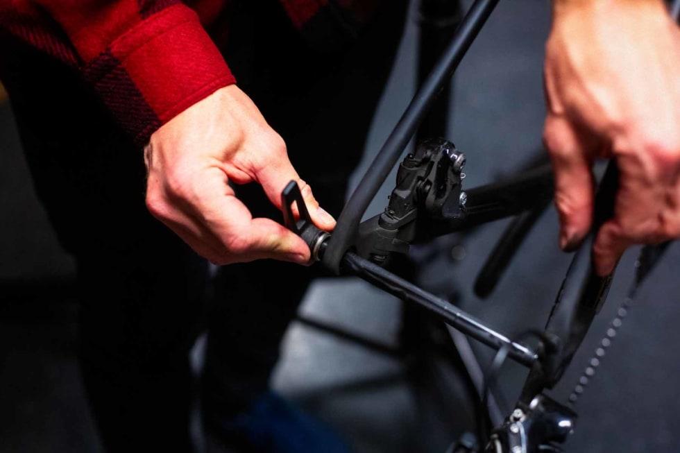 Har du gjennomgående skruakslinger på sykkelen, er det best å bare montere disse igjen.