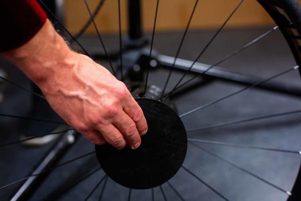 Hjulene har flere skarpe kanter, så det er viktig å polstre disse godt. Her setter Øyvind på en plastskive for å beskytte rammen.