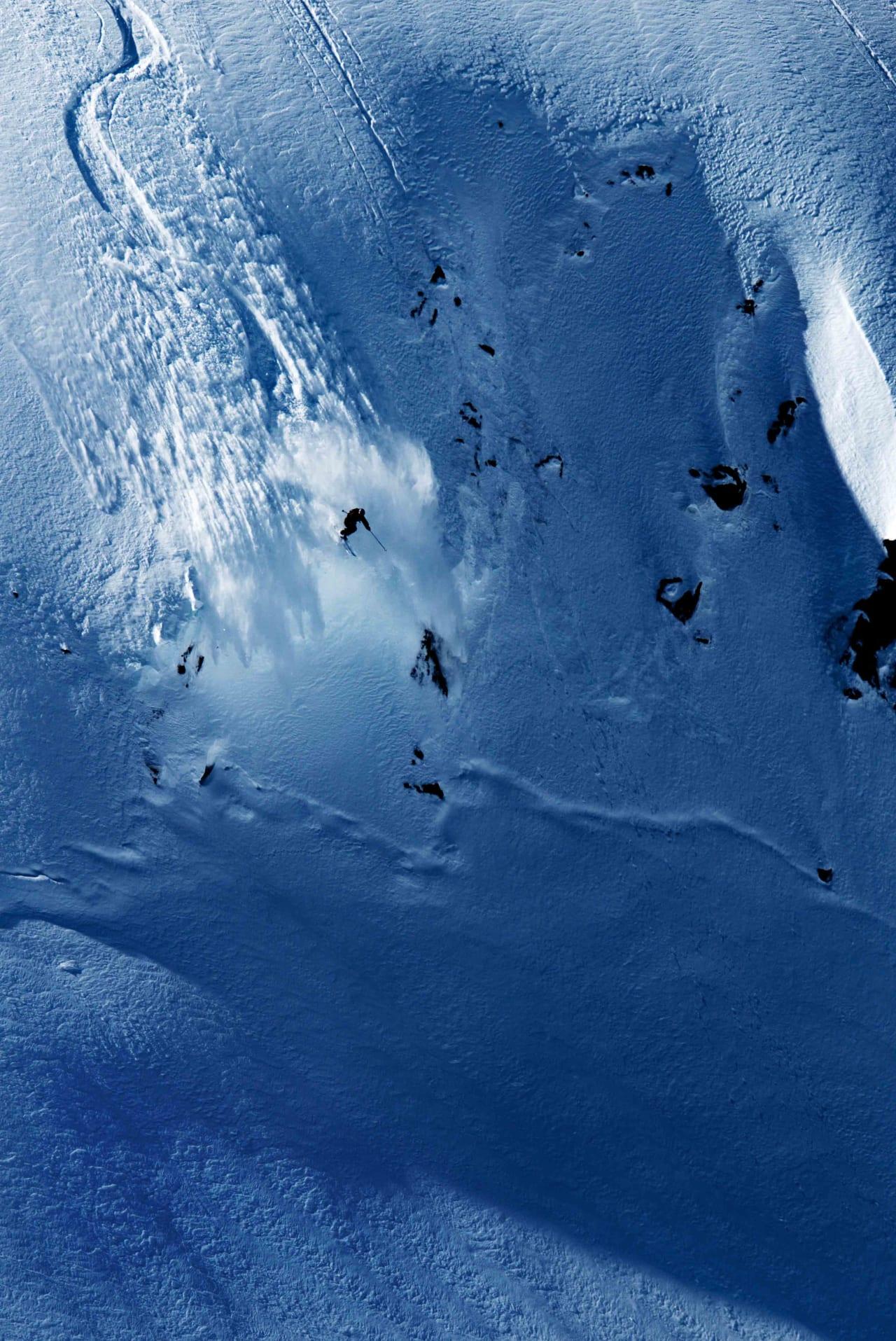 BLÅFJELL: Omund Sletten kjører ei dramatisk linje på nordsiden av Blåfjell –ett av områdene som Eid kommune ønsker å regulere for catskiing. Foto: Martin Innerdal Dalen