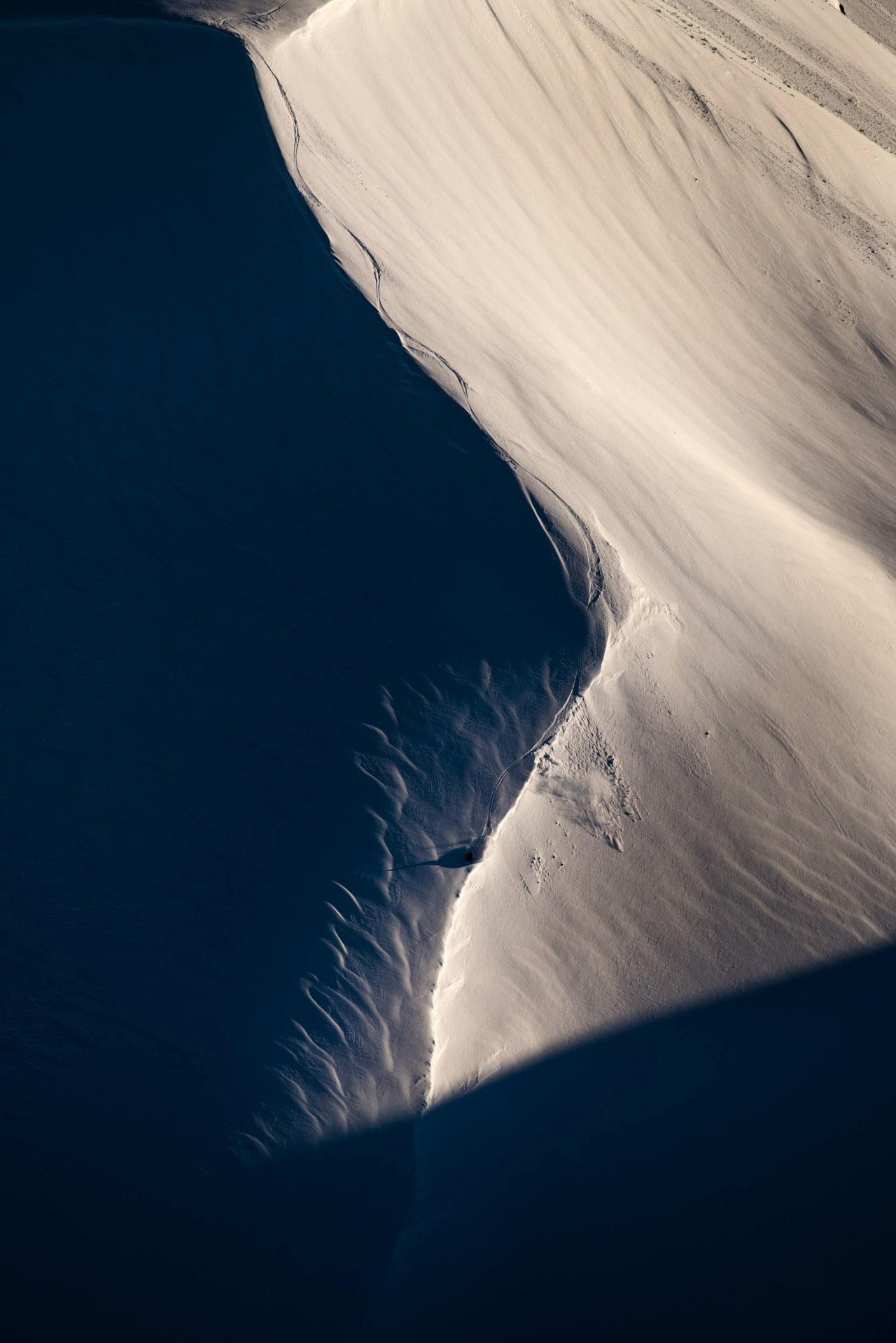 SKJULT FRA SKI-SENTERET: Toppene og terrenget som er planlagt for catskiing ligger nær skiheisene i Harpefossen, men med fjell mellom. Deilig skiterreng er det overalt, som her, på øst flanken av Storegga. Martin leite Gilleshammer utnytter dagens siste solstråler. Foto: Martin Innerdal Dalen