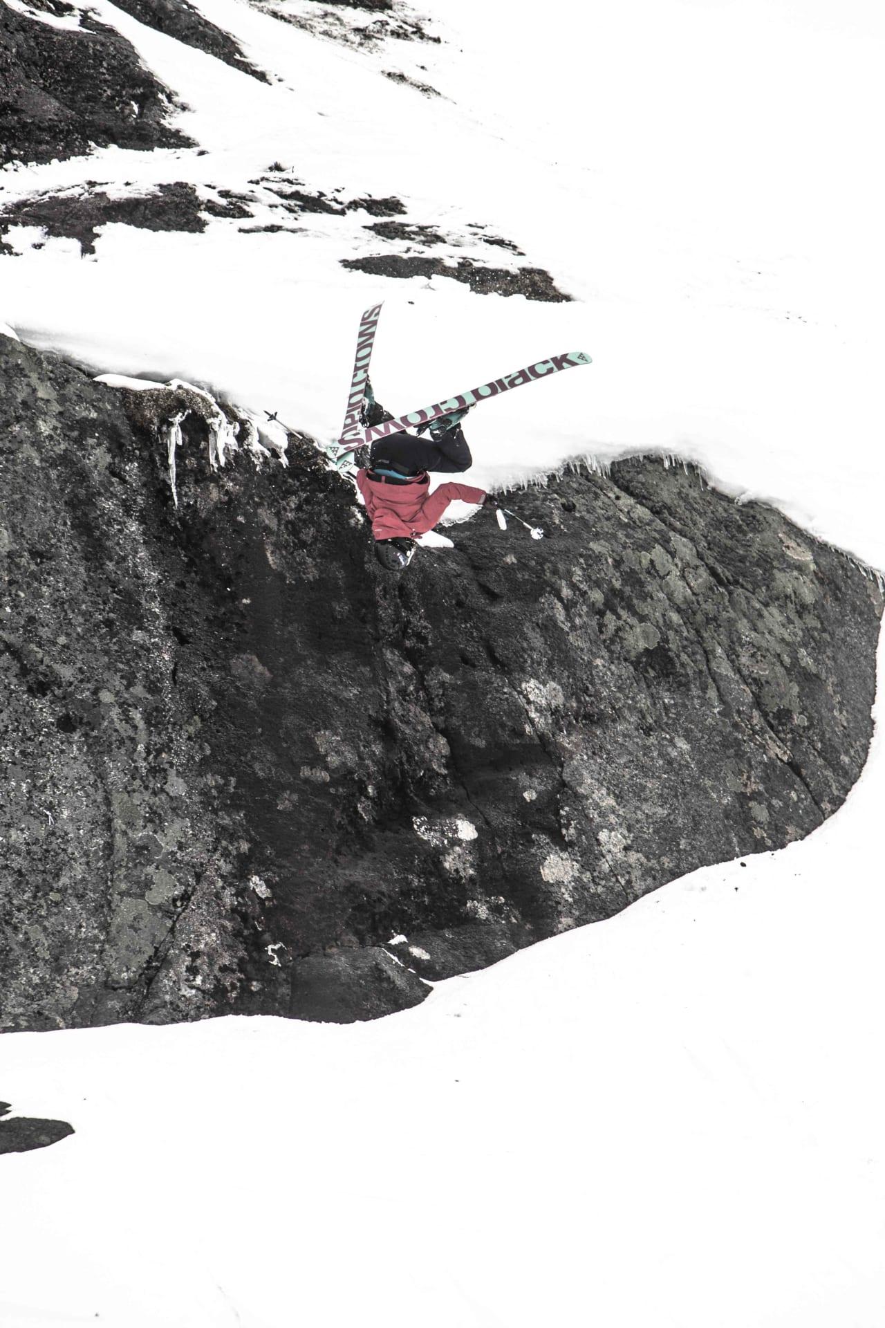 UNDER RENN: Wessel gikk for gull under NM på Riksgränsen. Få jenter prøver backflip fra klipper i konkurranse. Foto: Niklas Blom