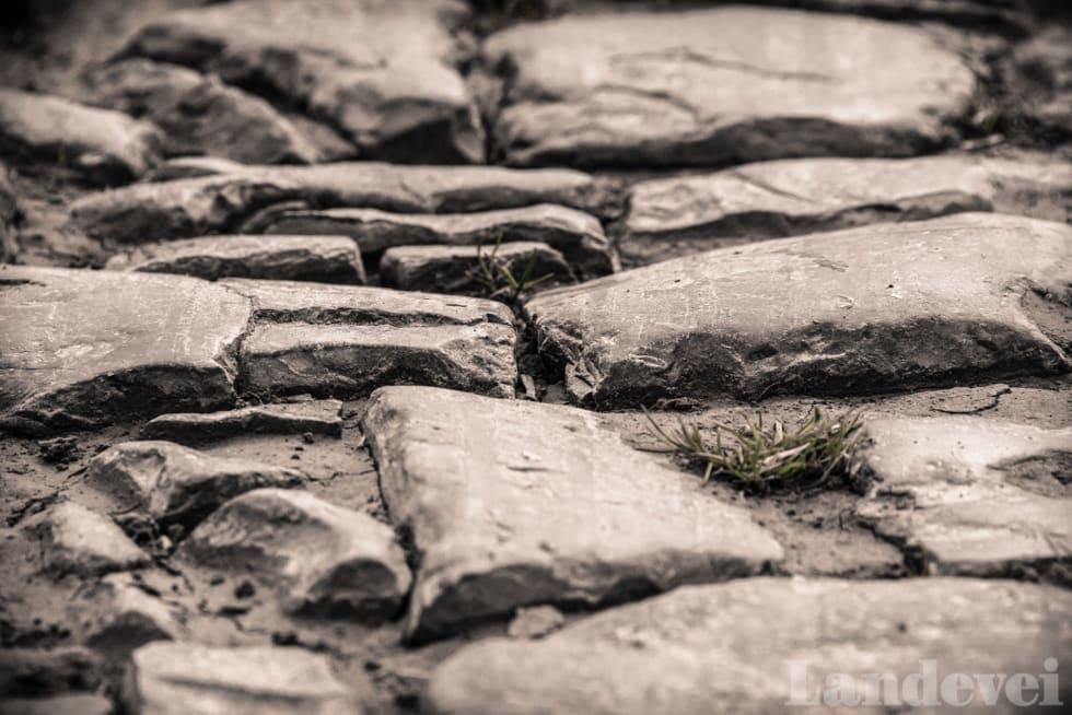 SJATTERT: Brosteinen er knust, et historisk bevis på at hester og vogner med stålkanter på hjulene har vært i Hornaing.