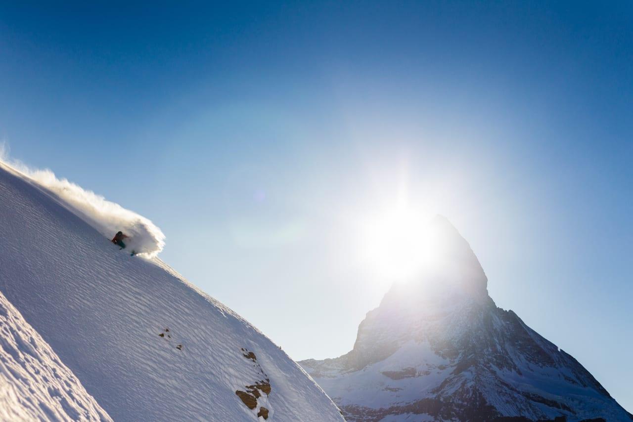 HJEMMEBANE: Matterhorn og Sam Anthamatten er to ski- og  fjellsportkjendiser som hører hjemme i Zermatt. Her er begge fanga i samme foto. Foto: Jeremy Bernard