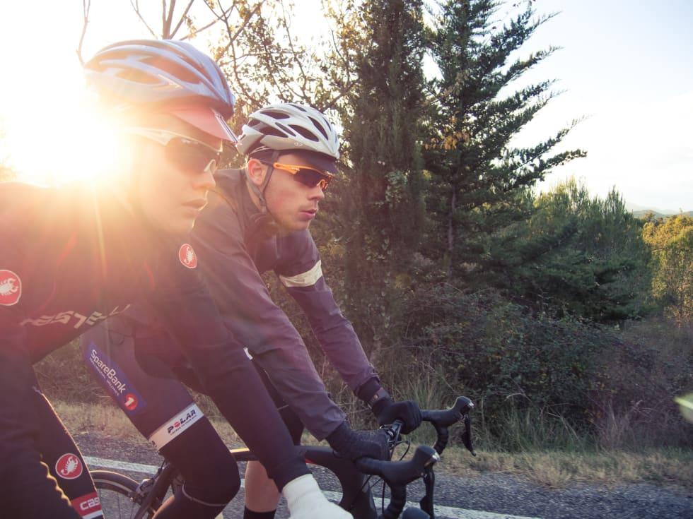 BLI MED! Lite er som en sykkeltur i solnedgang. Bli med til Fagernes og Samling 2016! Foto: Henrik Alpers.