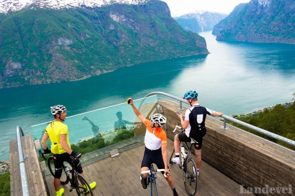 HØYDESKREKK: Utsikten fra Stegastein er like god som den er skummel.