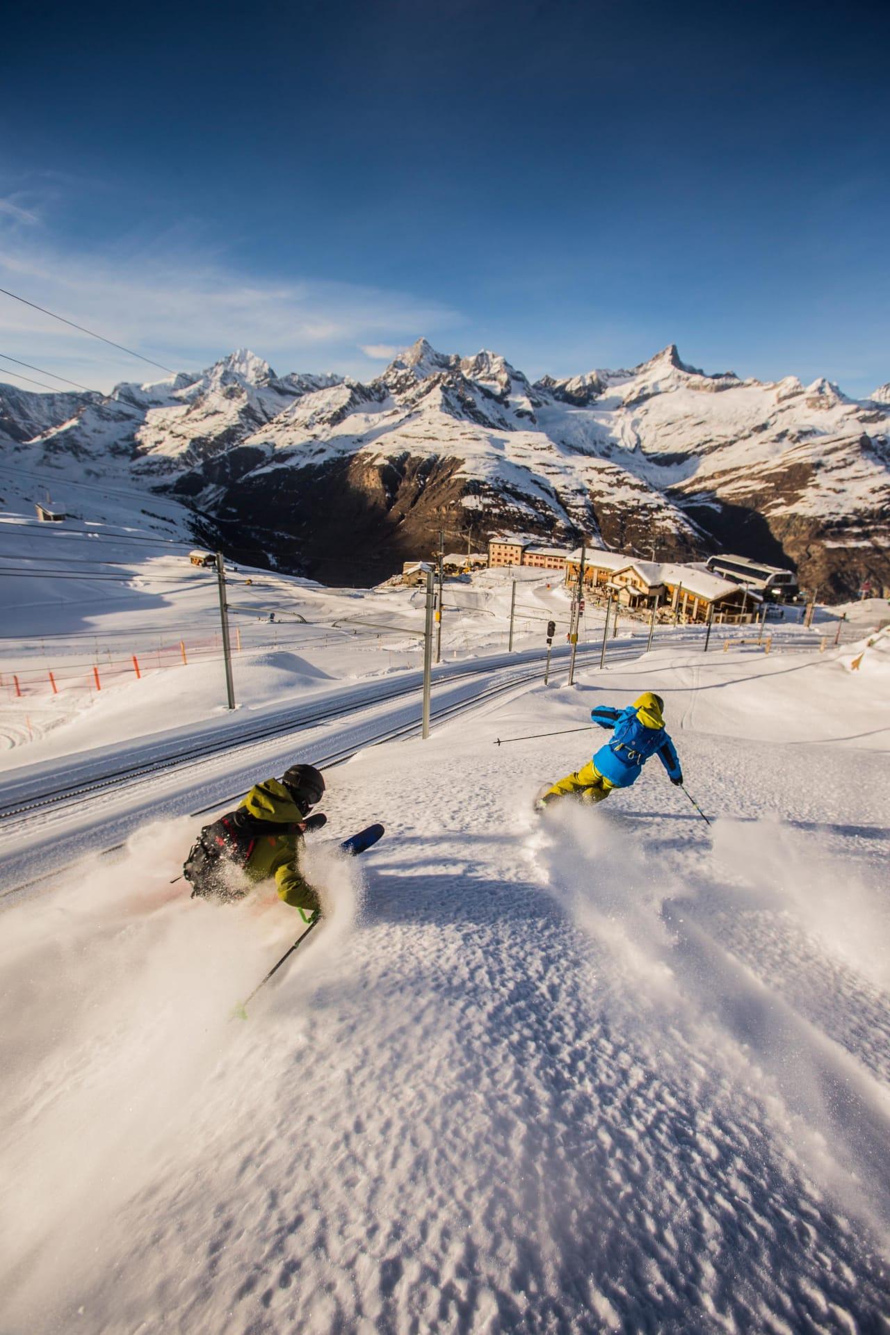 LETT TILGJENGELIG: Du trenger ikke lete lenge for å finne fin frikjøring i Zermatt. Vivian Bruchez (til høyre) og Sam Anthamatten viser fotografen ryggen idet de setter fart langs Gornergratbahn – Europas høyeste, åpne jernbane. Foto: Dominique Daher