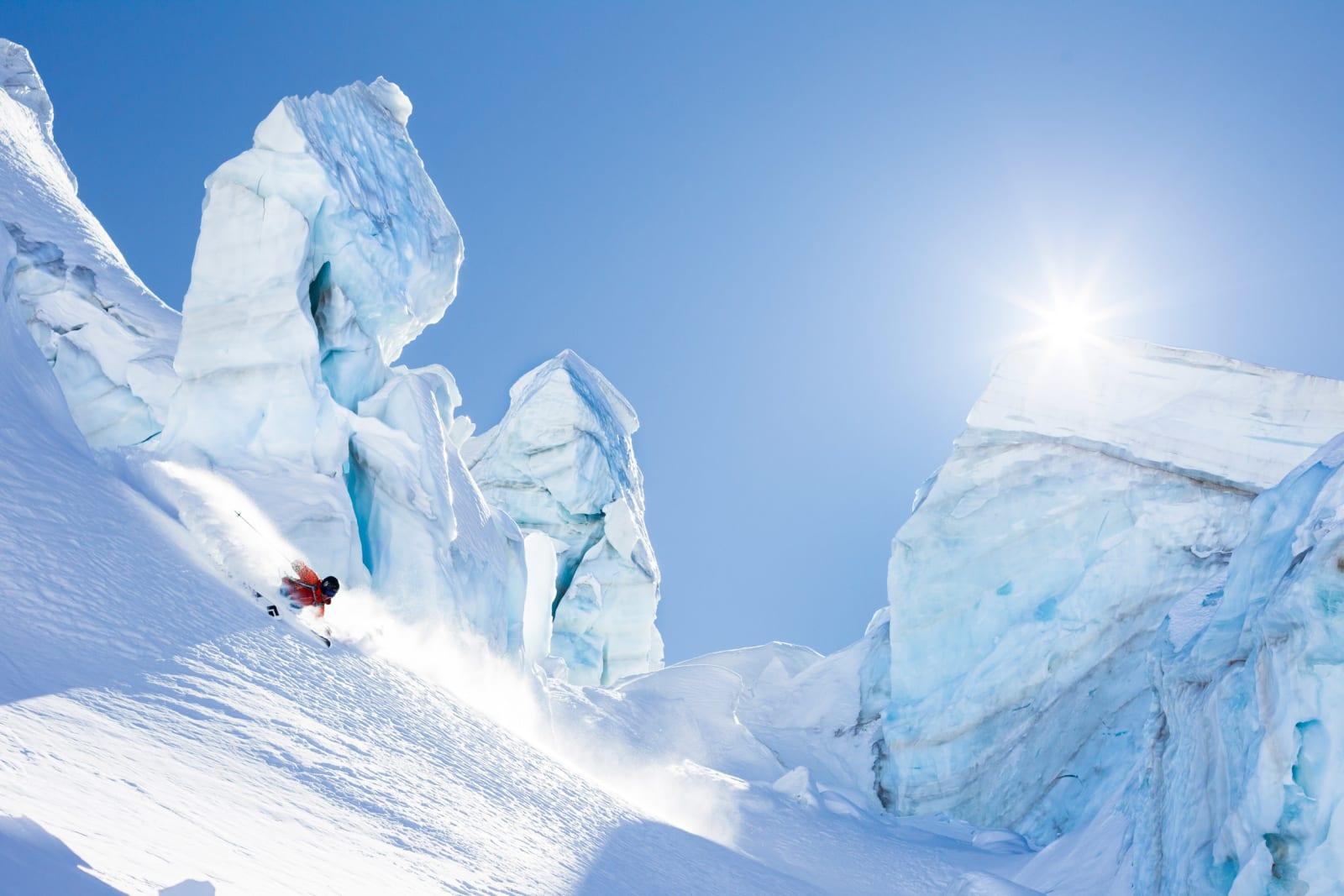 SNOWFINDER.CH: Når du kjenner hver eneste krik og krok i et gigantisk anlegg som Zermatt, da  nner du dypt føre blant iskosser høyt til fjells. Sam Anthamatten tar et dypdykk på hjemmebane. Foto: Jeremy Bernard
