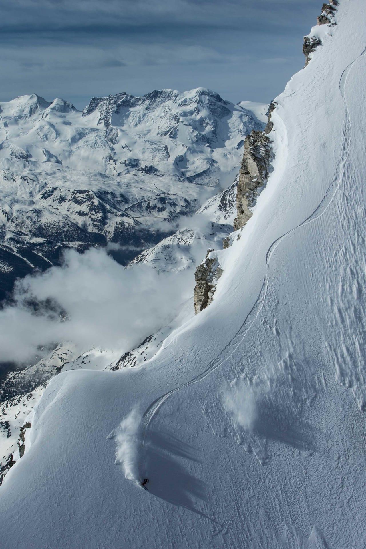 BRATT: Sam Anthamatten kjører ei bratt og eksponert linje i junipudder høyt over havet i Zermatt. Foto: Dominique Daher