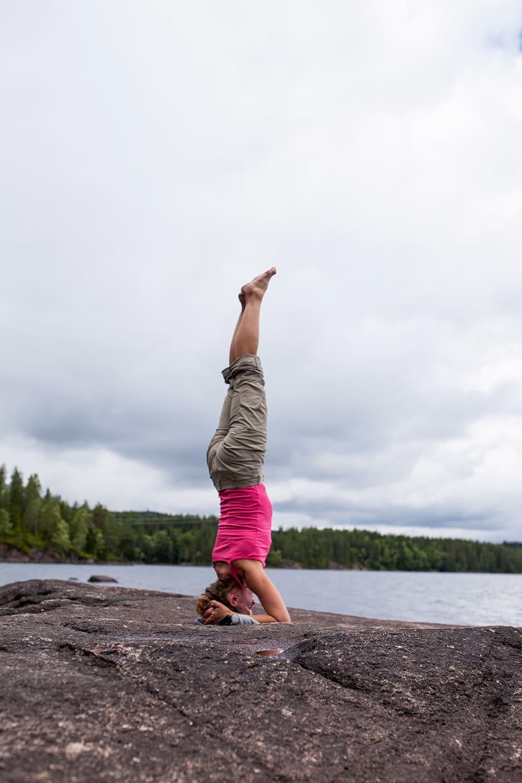KJENN ETTER: – Yoga handler først og fremst om å bevistgjøre seg selv, åpne alle sanger og kjenne på alle inntrykk, undertreker kursinstruktøren. Foto: Marte Stensland Jørgensen.