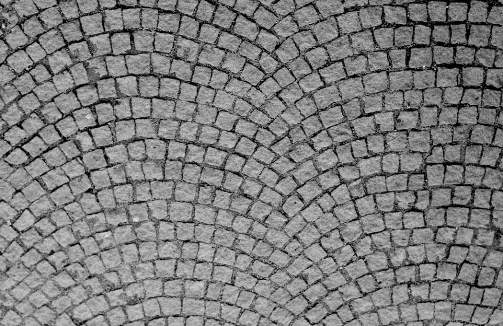 MODERNE: Det buede brosteinsmønsteret er en mer moderne leggeteknikk enn veiene i eksempelvis Flandern. Foto: Shutterstock.