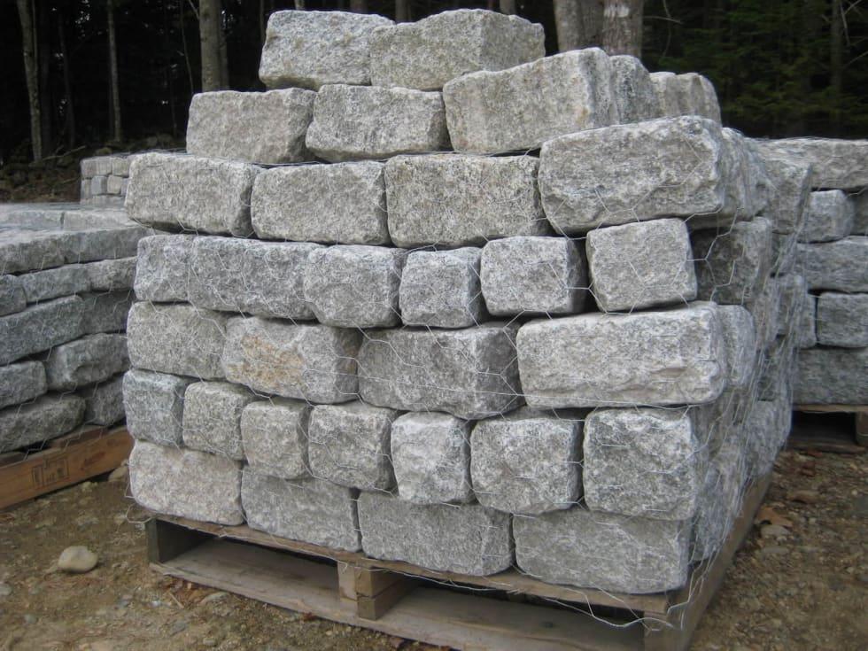 TUNGT: Brostein kjøpes stort sett i kubikk på pall. I dag er halvstein, altså brostein med halve tykkelsen populært i oppkjørsler. Foto: Maxbo.