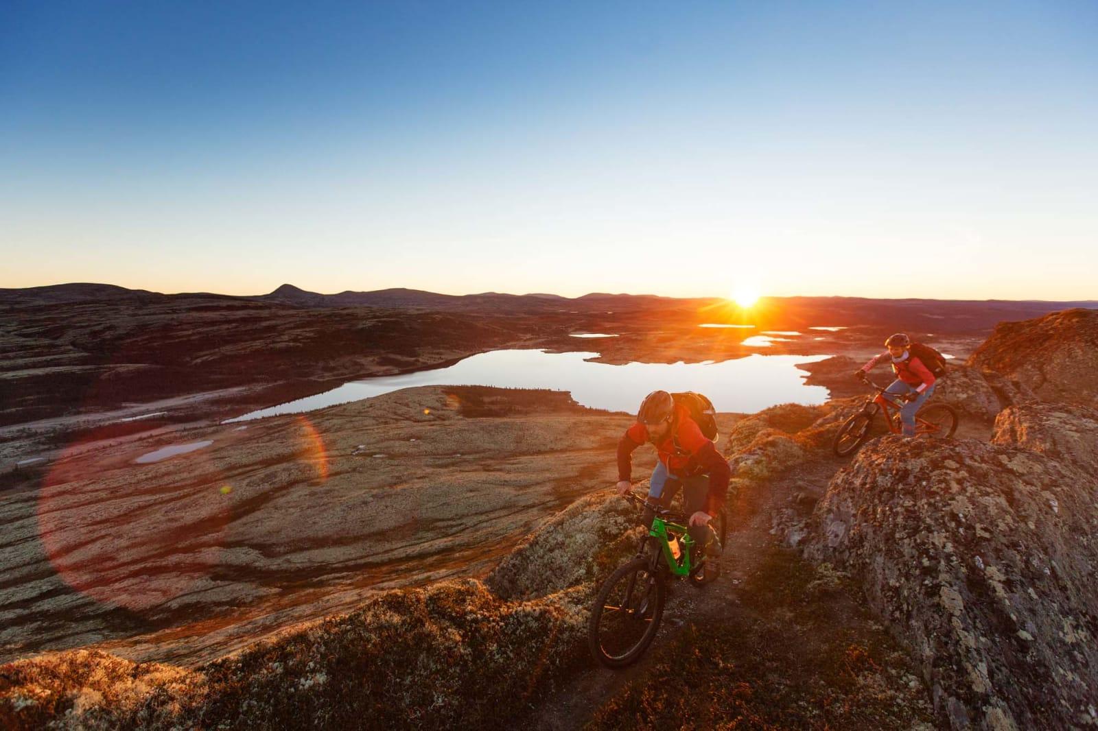 TOPPTUR: Svartfjellet er bare en av flere små fjelltopper du kan besøke i landskapet rundt Spidsbergseter. Kjell Arne Høyesveen og Julia Hamre jages av soloppgangen. Foto: Kristoffer H. Kippernes.