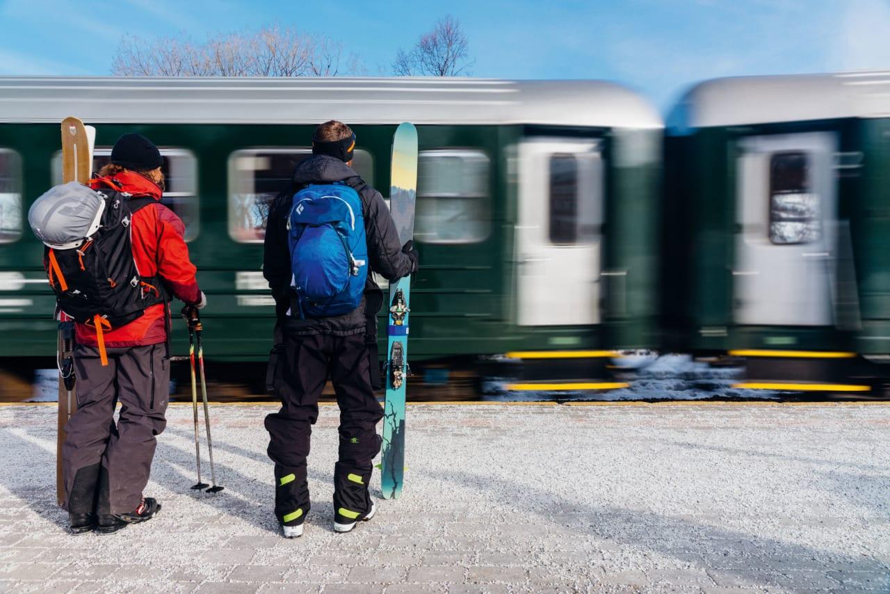 PÅ PERRONGEN: Lars Tore Lesteberg og Sondre Loftsgarden på vei inn på Flåmsbana – ofte kalt ver- dens vakreste jernbane. Foto: Bård Basberg