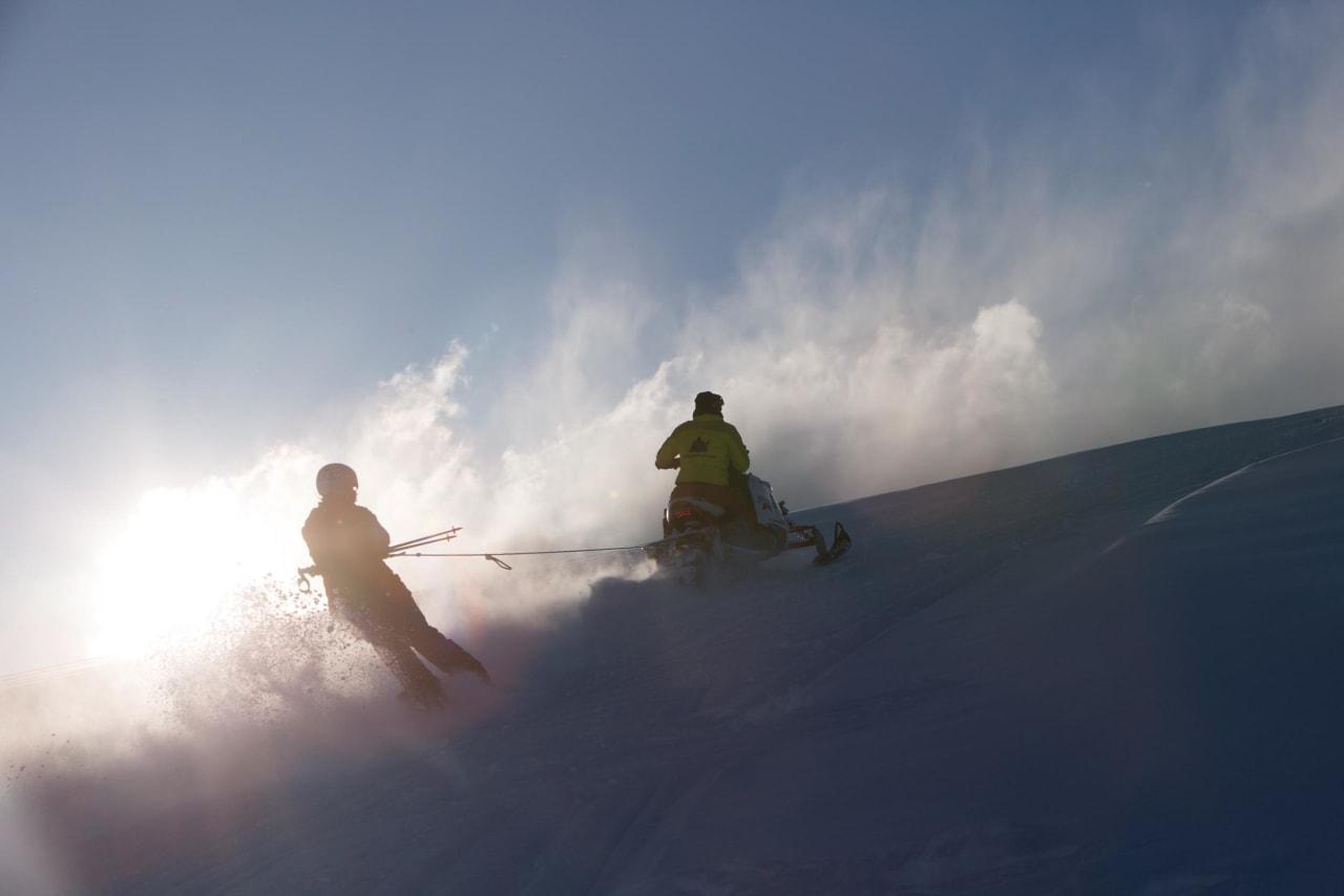 VÆRDAGER: Der er den. Sola! Tiril Sjåstad Christiansen svinger seg til topps bak skutersjåfør Øyvind Gjersvik. Foto: Thomas Kleiven