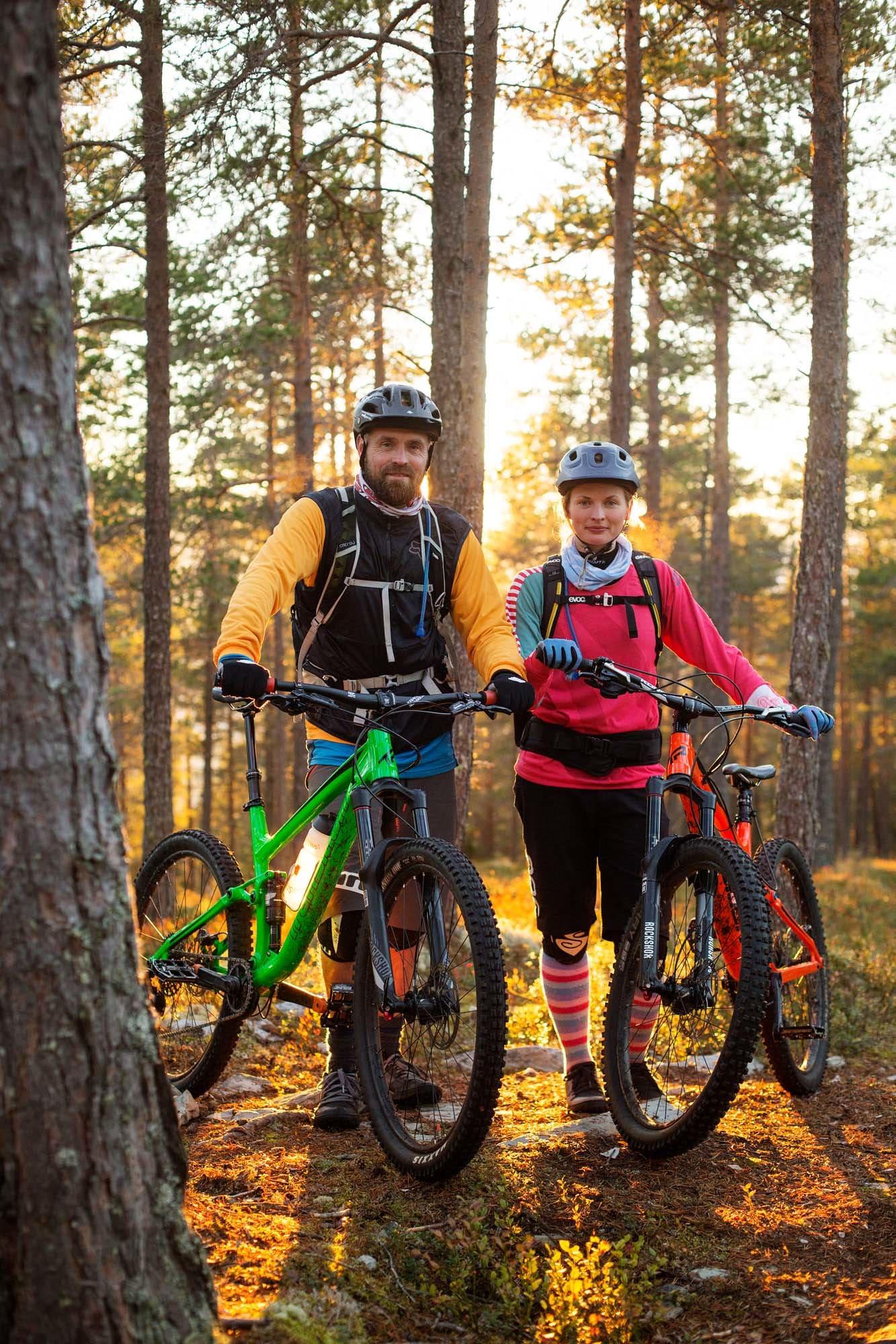 STIJEGERE: Kjell Arne Høyesveen og Julia Hamre bor i Ringebu - på fritiden jakter de alltid på nye stier. Foto: Kristoffer H. Kippernes.