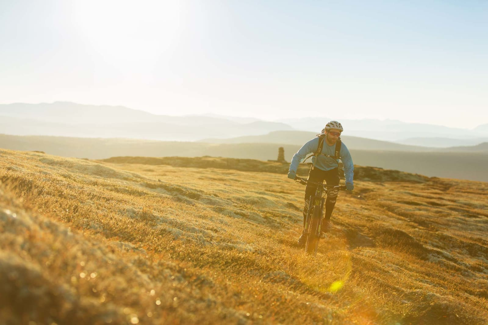 MYK STI: Mathias Marley utforsker nye stier i mosekledd terreng på Venabygdsfjellet. Foto: Kristoffer H. Kippernes