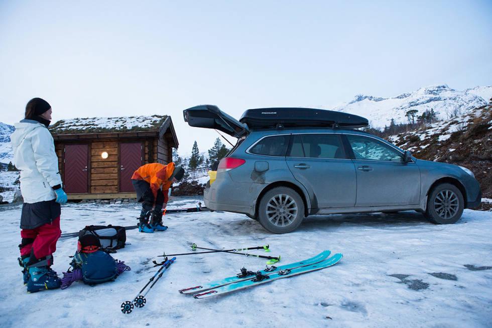 MÅRRASTEMNING: 10 centimeter knallhard snø med grus i på parkeringsplassen og to damer i skjørt. Tonje (til venstre) og Ingvild gjør seg klar til tur. Foto: Tore Meirik (ja, jeg har en plan om å vaske bilen)