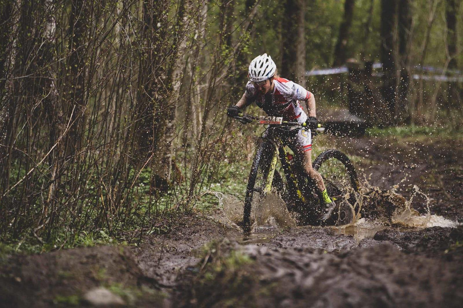 ET HAV: Av både tid til nærmeste konkurrent - og gjørme. Helene Marie Fossesholm hadde trøkk til å holde farta oppe.