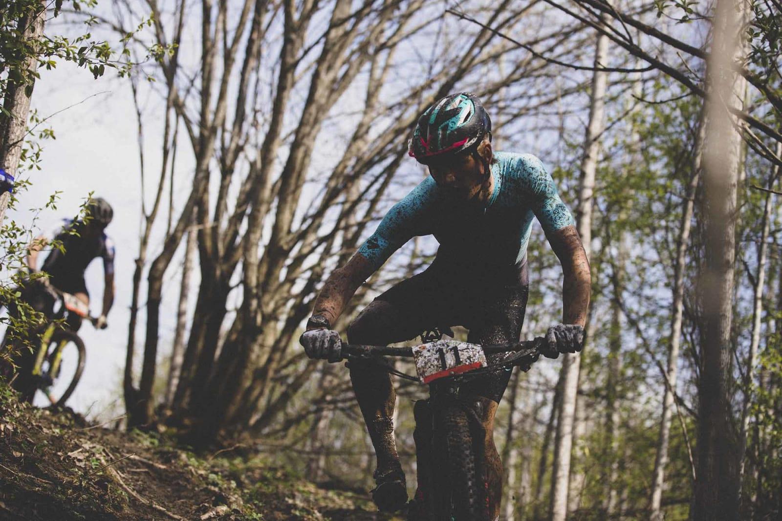 BALANSE: Knut Røhme har fokus på å holde seg på sykkelen i ei sleip utforkjøring.