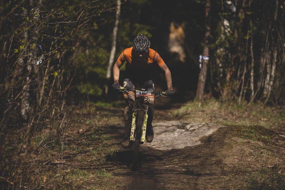 UT AV MØRKET: Startnummerne var stort sett uleselige, men én etter en kom rytterne ut av den våte skogen og mot mål.