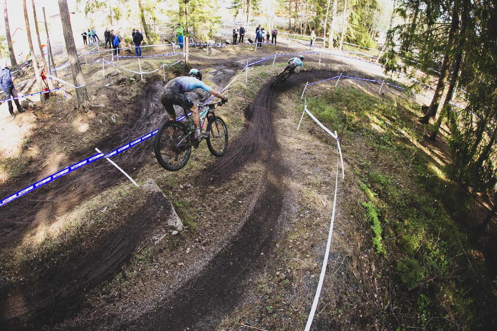 DROP-IN: To blad Sørensen-syklister slipper seg ned doserte svinger i løypa.