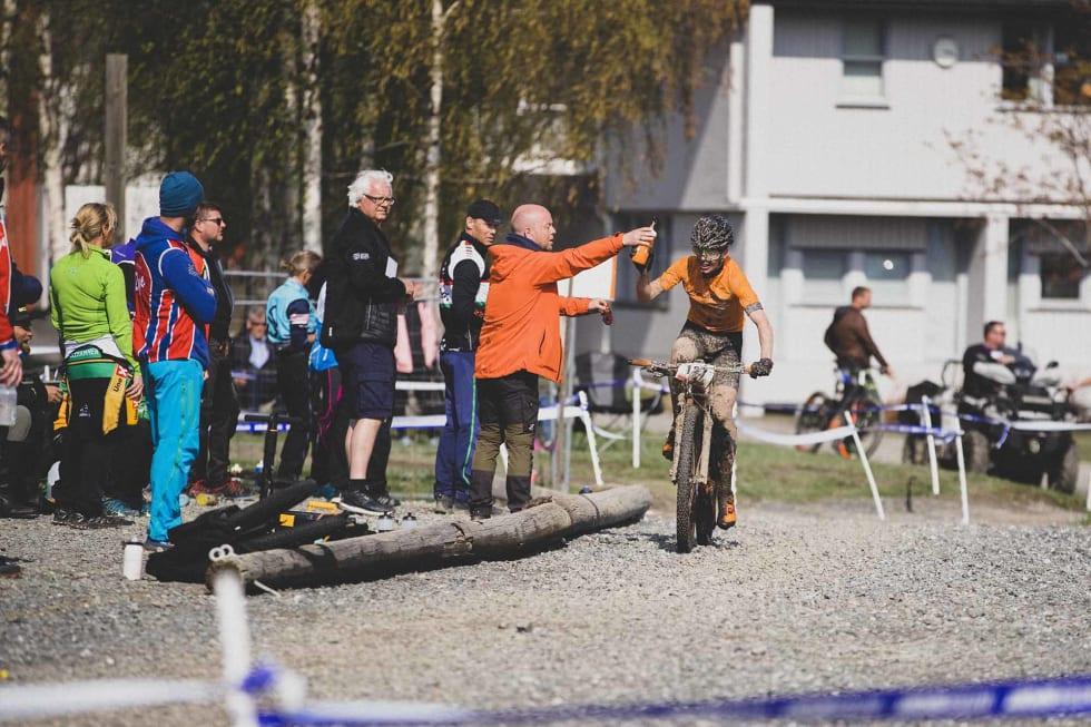 VANN, TAKK: Samuel Örnborg får etterlengtet påfyll av drikke.