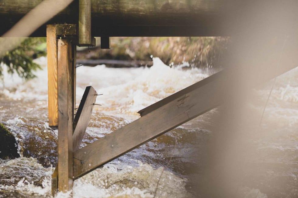 TRETTHETSBRUDD? Broa som rytterne krysset elva over, fikk kjenne naturens krefter.