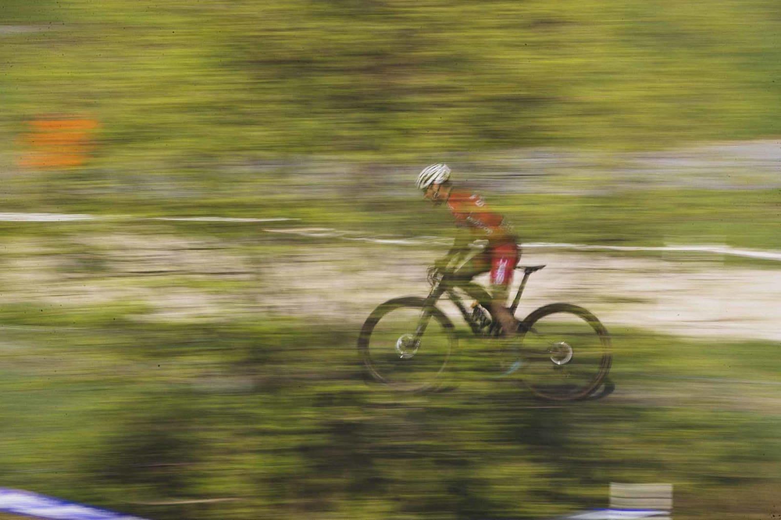 ATTRAKTIVT: Med UCI-poeng å hente var det også utenlandske ryttere på start. Ukjent, utenlandsk rytter setter fart i skogen.