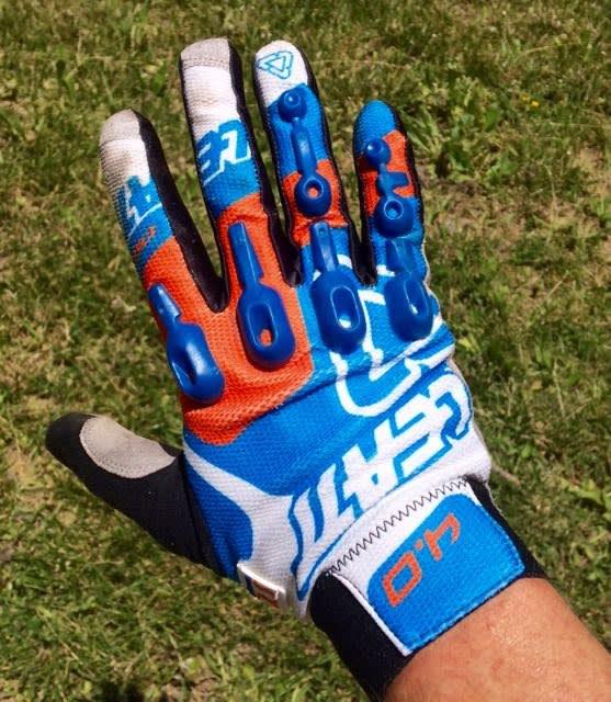 TYNNE: Leatt-hanskene er tynne både over håndbaken og i håndflaten. De sitter tett og lufter godt.
