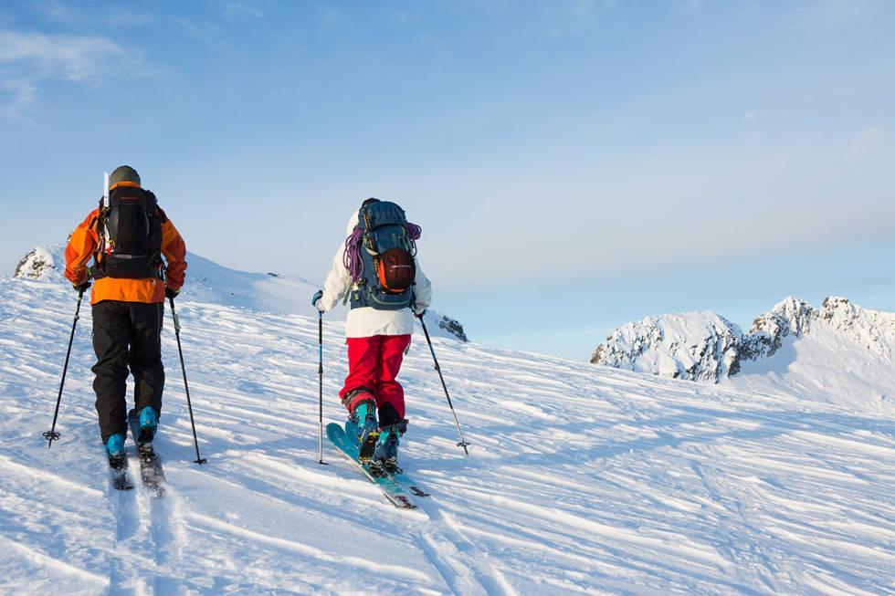 MED MÅLENE I SIKTE: Ingvild (til venstre) og Tonje på vei mot Trolltinden, med utsikt mot ryggtraversen over til Åbittind. Foto: Tore Meirik