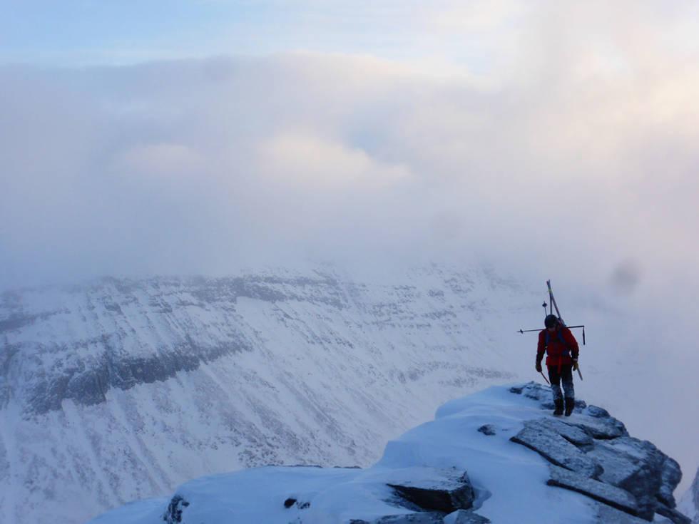 I forbindelse med klatring og alpinisme er det forbudt å bruke knærne. Dermed er dette fotografiet av Fri Flyts mann temmelig avslørende.