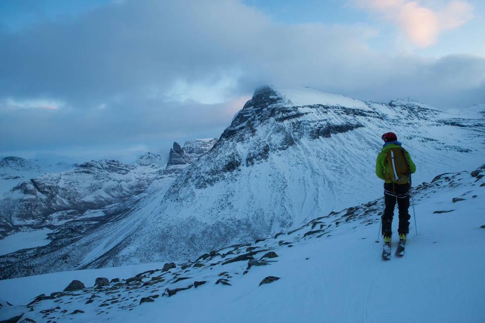 Det er umulig å ikke bli temmelig mo i knærne av utsikten mot Innerdalen på vei ned.