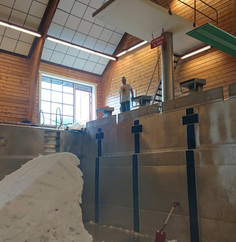 SVØMMEBASSENG: Her bygger Anders Backe hoppet underveis. Flere bilder ser du i galleriet nedenfor. Foto: Anders Backe