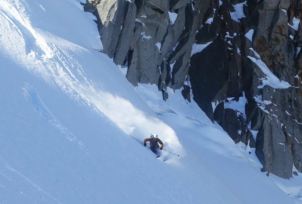 IKKE VÆR BEKYMRA: Mange lurer på hvilke ski de bør ha med på alpeturen. Artikkelforfatter Tore Meirik (i Chamonix på bildet) anbefaler allsidige frikjøringsski. – Fordi de funker til alt, både hodedyp pudder og skjærende svinger på preppa underlag.Foto: Trygve Sande