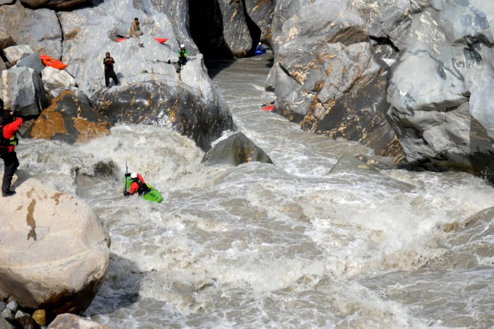 PADLERE: Padlere på vei ned den sjokoladebrune elva. Foto: Dag Sandvik