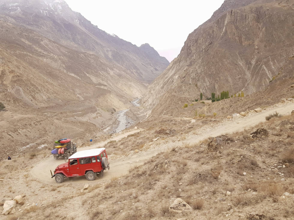 ELVA: Her er de på vei til Elva i Pakistan. Foto: Dag Sandvik