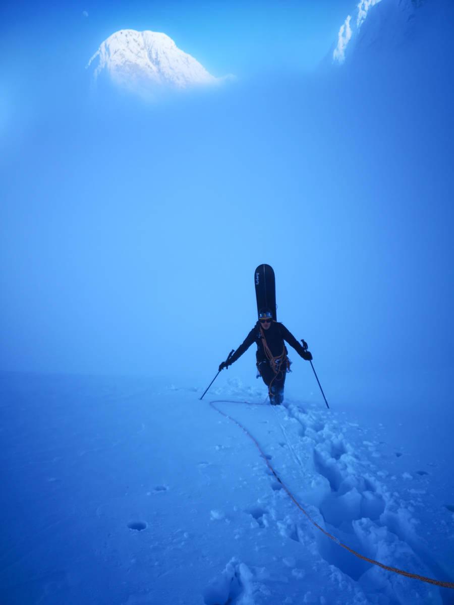 Snowboarder på vei opp Store Lakselvtind