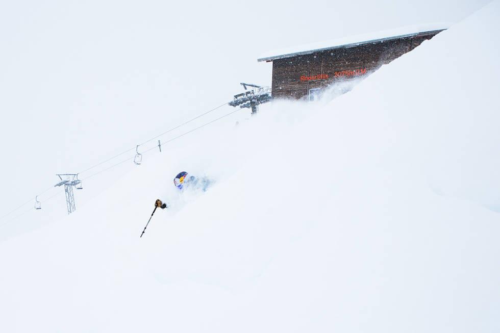 PUDDER: Sånne forhold er helt ålreit å oppleve på tur i Alpene - og det er like gøy selv om du ikke tok med de bredeste skiene dine. Ekstra goggles er viktigere enn bredest mulig ski på sånne dager. Dette er frikjøringslegenden Chris Davenport i Engelberg. Foto: Tore Meirik