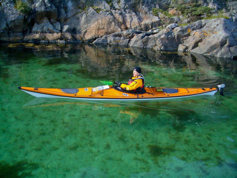 IDYLL: Åsa glir inn i en vik på Bjørøya med smaragdgrønt vann og en kritthvit strand. Foto: Lars Larsson