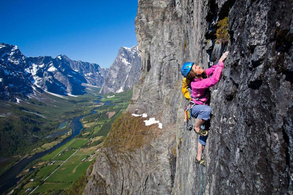 HJELMBRUK: Forfatter Geir Evensen mener flere bør bruke hjelm når de klatrer. Her illustrert med Rannveig Aamot. Foto: Terje Aamodt