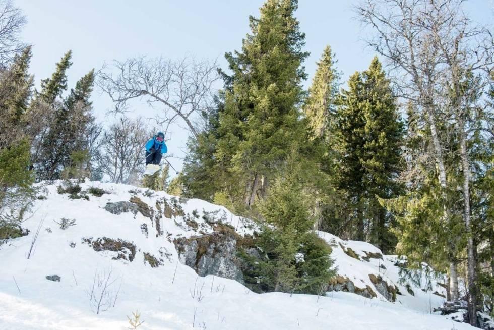 Frikjører Henrik Ulleland tester ski på klippe.