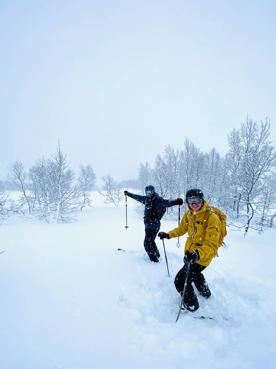 To skikjører nyter nysnø i Sogndal