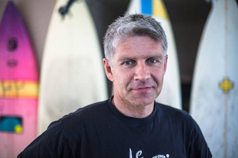 JUBLER: Ivar Eidsten Trondsen jubler for at surfing nå er lovlig på Saltstein. Foto: Christian Nerdrum