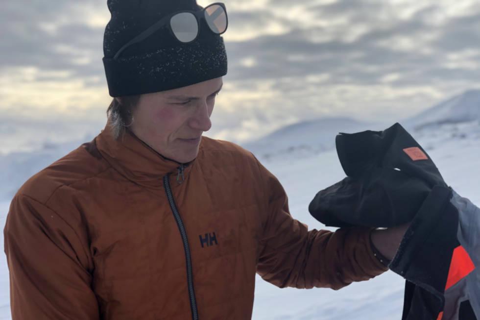 PÅ TOPPEN: Øystein Aasheim på toppen av Galdhøpiggen sommerskisenter, klar for å ta de første svingene for sesongen. Foto: Anders Holtet