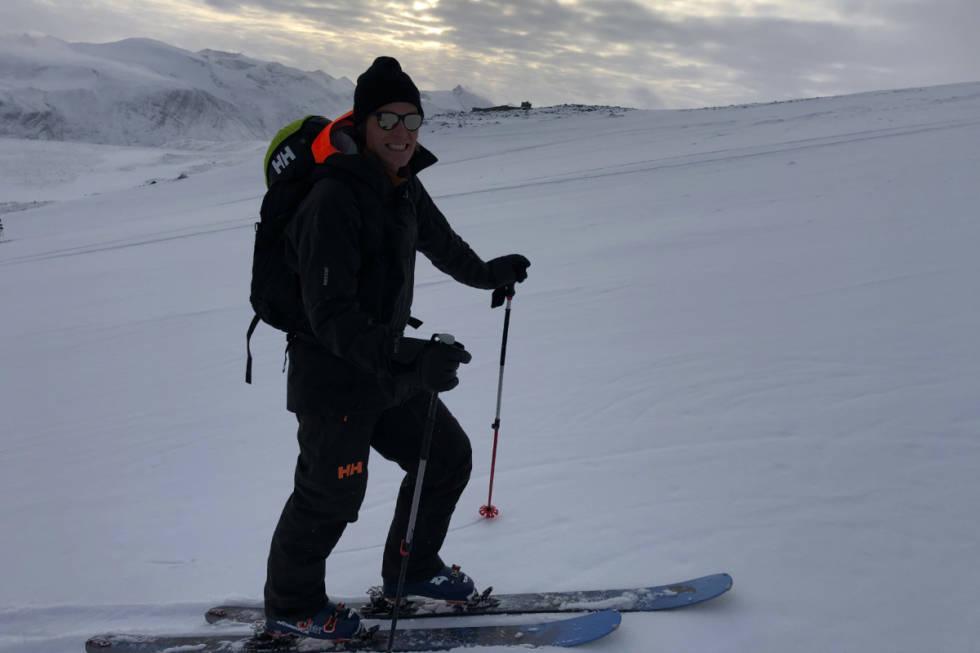PÅ VEI OPP: Øystein Aasheim på vei opp skisenteret, som stengte skiheisen i forrige uke. Dermed ble det skifeller og techbindinger på sesongens første skitur. Foto: Anders Holtet