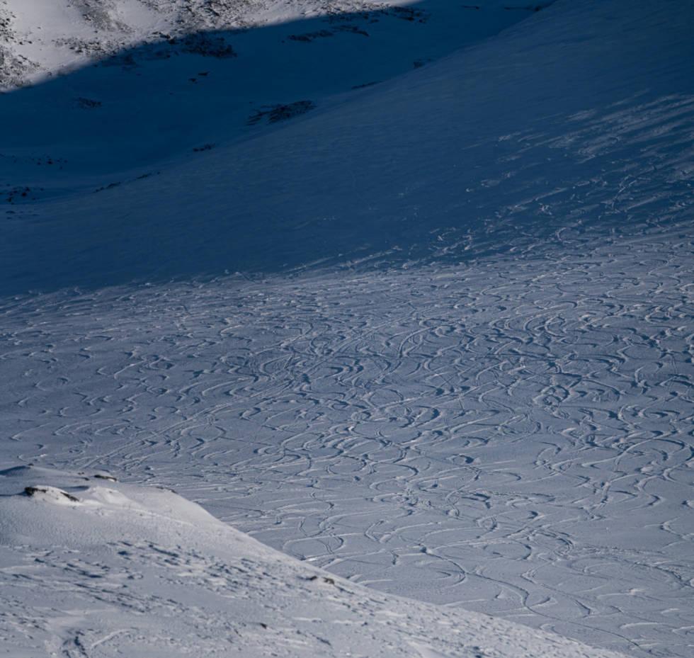 ALENE?: De var absolutt ikke alene på Steindalsnosi, men like i nærheten av den oppspora fjellsiden finnes gode muligheter for urørt snø. Foto: Martin Andersen