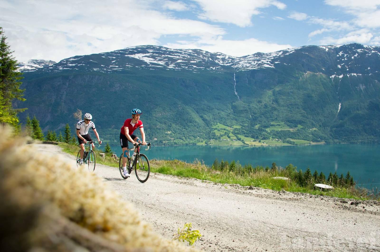 GOD UTSIKT: Mot toppen av bakken har du god utsikt over Lustrafjorden, og etterhvert Jotunheimen.
