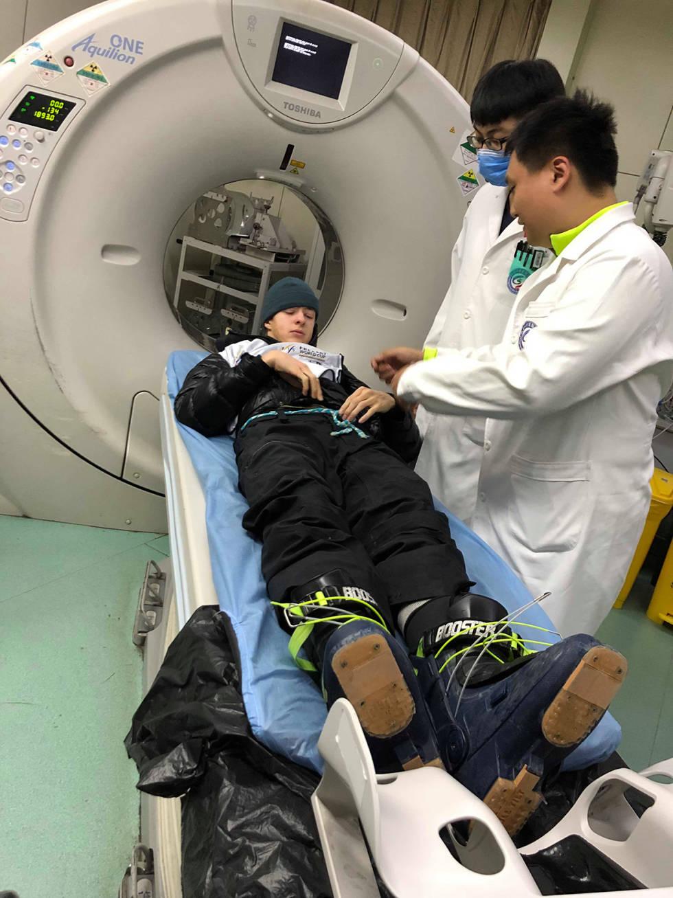 Sebastian Schjerve på røntgen i Kina