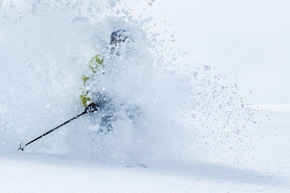Skikjører i dyp snø