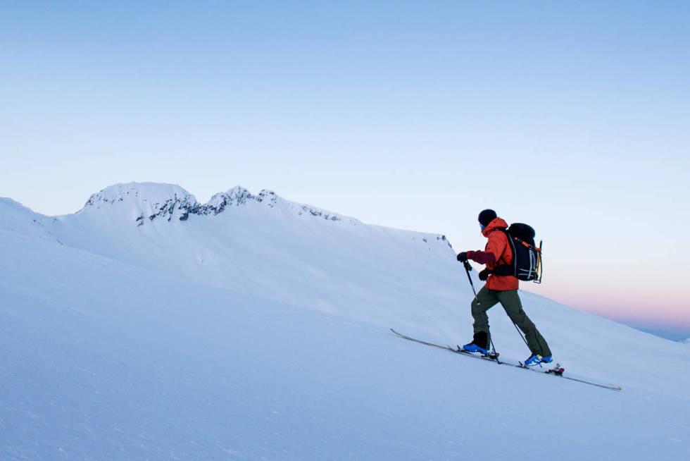 Toppturist på vei opp fjellet